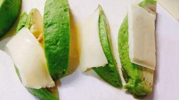 アボカドにチーズをのせる