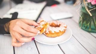 ドーナツを食べる女性の手