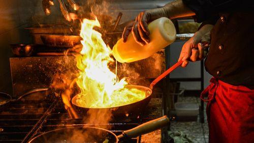 フライパンで料理する料理人