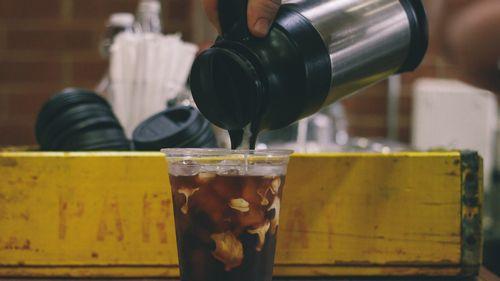 魔法瓶でコップに注ぐ